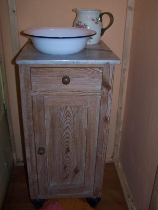 Das kleine Bad mit Waschschüssel, Krug und Spiegel (und Campingtoilette gegenüber)