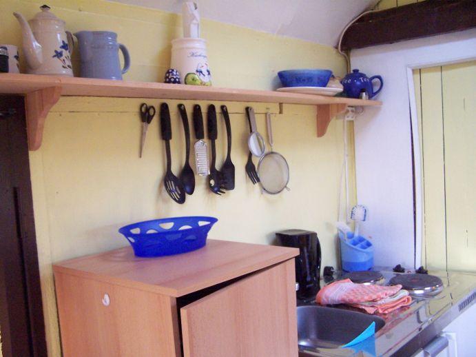 Küchenbereich mit Miniküche (Kühlschrank, Herd und Spüle)