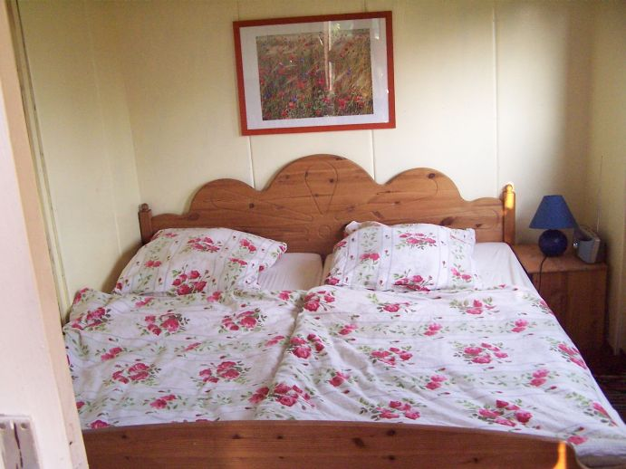 grosses Doppelbett im hinteren Schlafzimmer