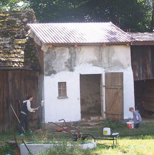 Malerarbeiten am Hühnerhaus